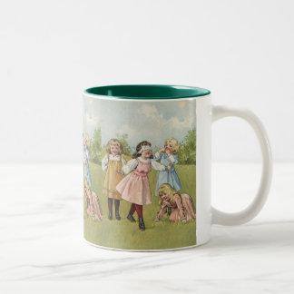 Vintage viktorianische Kinder, die mit verbundenen Zweifarbige Tasse