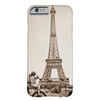 Vintager Eiffel-Turm in Paris sah durch Soldaten Barely There iPhone 6 Hülle