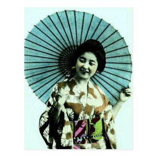 Vintager Geisha und ihr Sonnenschirm altes Japan Postkarte