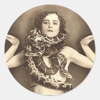 Vintager Retro Frauensideshow-Schlangen-Charmeur Runde Sticker