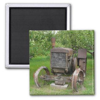 Vintager Traktor in Apple-Obstgarten Quadratischer Magnet
