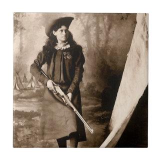 Vintages Foto von Fräulein Annie Oakley Holding Keramikfliese