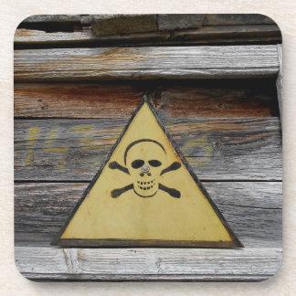 Vintages Gefahrenzeichen auf rustikalem Holz Getränkeuntersetzer