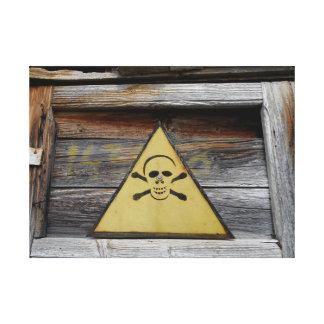 Vintages Gefahrenzeichen auf rustikalem Holz Leinwanddruck