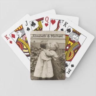Vintages Liebe-Foto der Kinder, die in einem Kartendeck