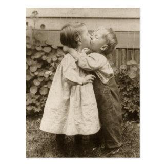 Vintages Liebe-Foto der Kinder, die in einem Postkarte