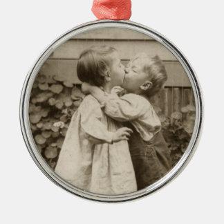 Vintages Liebe-Foto der Kinder, die in einem Silbernes Ornament