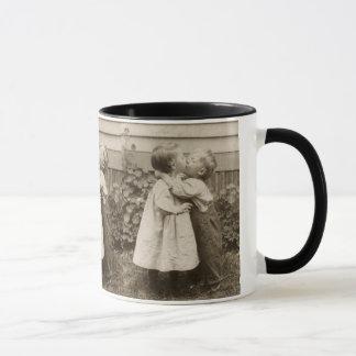Vintages Liebe-Foto der Kinder, die in einem Tasse
