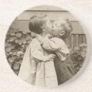 Vintages Liebe-Foto der Kinder, die in einem Untersetzer