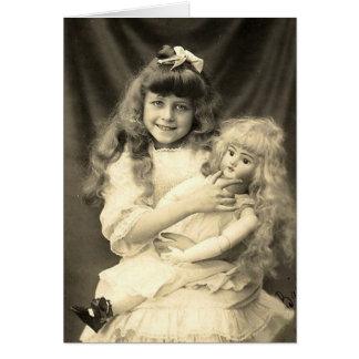 Vintages Porträt-junges Mädchen mit Puppe Grußkarte