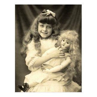 Vintages Porträt-junges Mädchen mit Puppe Postkarte