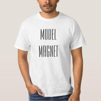 Vorbildlicher Magnet. lustiges T-Shirt