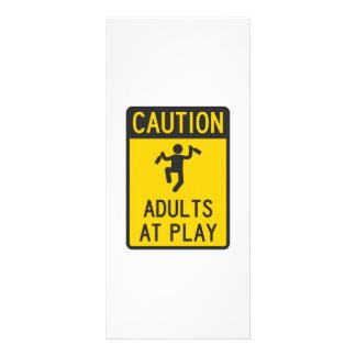 Vorsicht-Erwachsene am Spiel Kartendruck