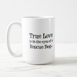 Wahre Liebe ist in den Augen einer Kaffeetasse