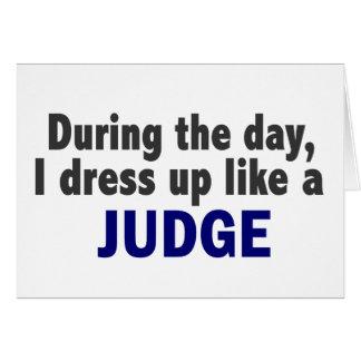 Während des Tages kleide ich oben wie ein Richter Karte
