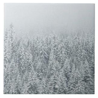Wald bedeckt im Schnee Große Quadratische Fliese