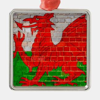 Wales-Flagge auf einer Backsteinmauer Silbernes Ornament