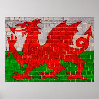 Waliser-Flagge auf einer Backsteinmauer Poster