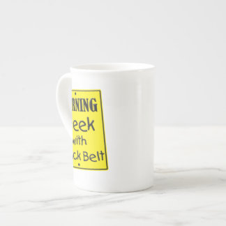 Warnender Geek mit der schwarzer Gurt-Tasse Porzellantassen