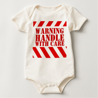Warnender Streifengriff des neuen Babys sorgfältig Baby Strampler