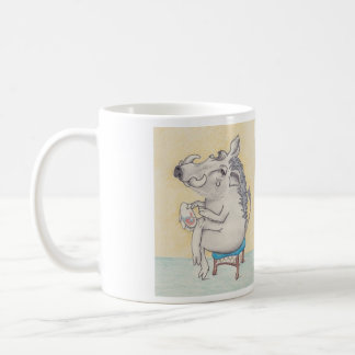 warthog, das auf Schemel mit Stickerei und Gedicht Tasse