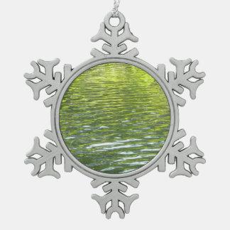 Wasser des Eichen-Nebenflusses gelb und grünes Schneeflocken Zinn-Ornament