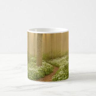 Weg in der Holz-Tasse Kaffeetasse