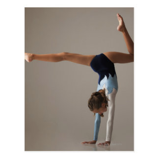 Weiblicher Gymnast (12-13) darstellender Handstand Postkarte