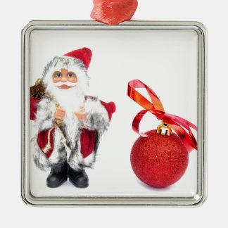 Weihnachtsmann-Figürchen mit rotem Weihnachtsball Quadratisches Silberfarbenes Ornament