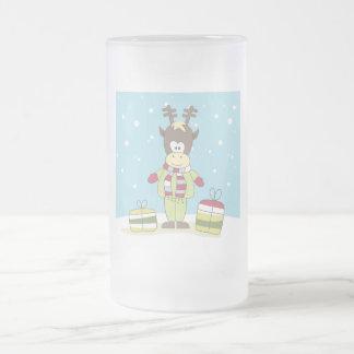Weihnachtsren im Schnee mit Geschenken Mattglas Bierglas