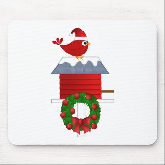 Weihnachtsroter Kardinal, der auf Birdhouse sitzt Mauspads