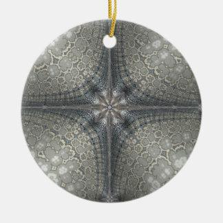 Weihnachtsverzierung mit einem Stern und einer Rundes Keramik Ornament