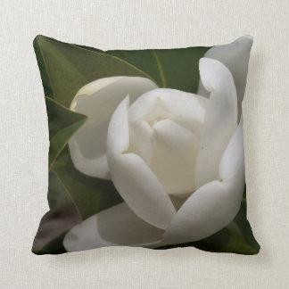 weiße Blumenknospe der südlichen Magnolie Kissen
