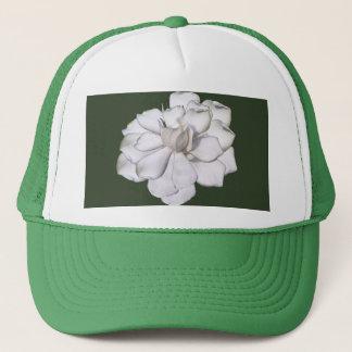 Weiße Gardenia-Blume auf Grün Truckerkappe
