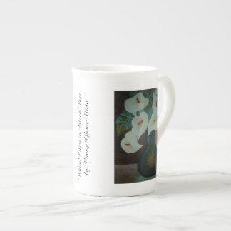 Weiße Lilien im schwarzen Vase Prozellantasse