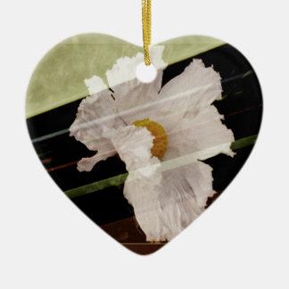 Weiße Mohnblume mit gestreiftem Hintergrund Keramik Herz-Ornament