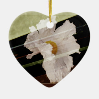 Weiße Mohnblume mit gestreiftem Hintergrund Keramik Ornament