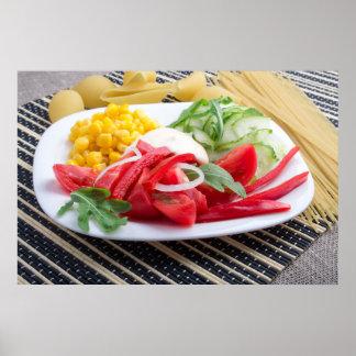 Weiße Platte mit Scheiben der frischen Tomaten Poster