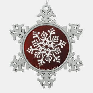 Weiße Schneeflocke auf dunkelrotem Fröhliche Schneeflocken Zinn-Ornament
