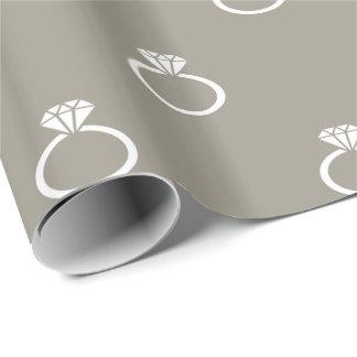 Weiße Verlobungs-Ringe auf silbernem Aluminiumgrau Geschenkpapier