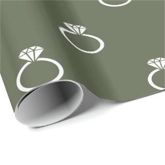 Weiße Verlobungs-Ringe auf Zypresse-Kiefern-Grün Geschenkpapier