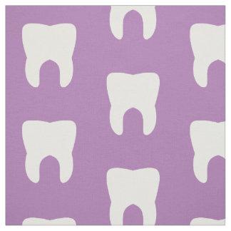 Weiße Zähne auf einem lila Hintergrund Stoff