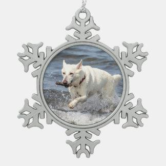 Weißer deutscher Schäfer auf See George Schneeflocken Zinn-Ornament