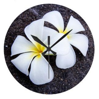 Weißer Plumeria-Blumefrangipani-Blumenlava-Felsen Uhr
