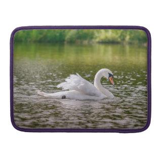 Weißer Schwan auf einem See MacBook Pro Sleeve