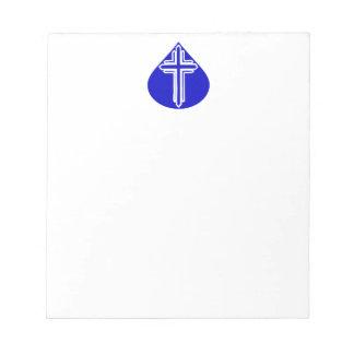 Weißes Coss im blauen Teardrop Notizblock
