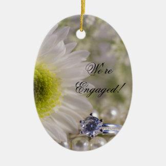 Weißes Gänseblümchen-und Diamant-Ring-Verlobung Keramik Ornament