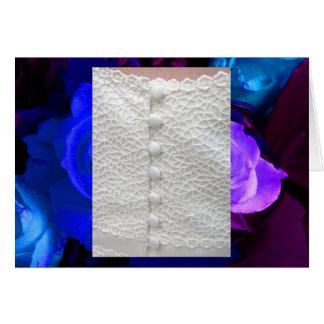 Weißes Hochzeits-Kleid mit blauen lila Rosen
