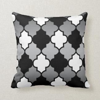 Weißes u. schwarzes Quatrefoil Muster auf grauer Kissen