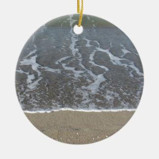 Welle des Meeres auf dem Sandstrand Rundes Keramik Ornament